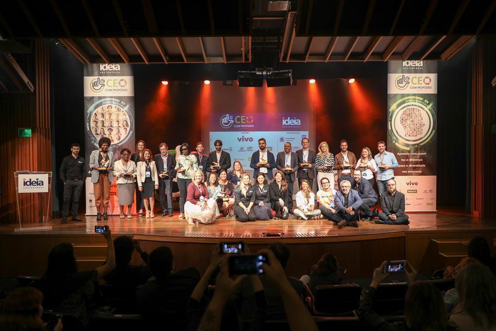 apoiadores da PLV reunidos em evento para foto oficial