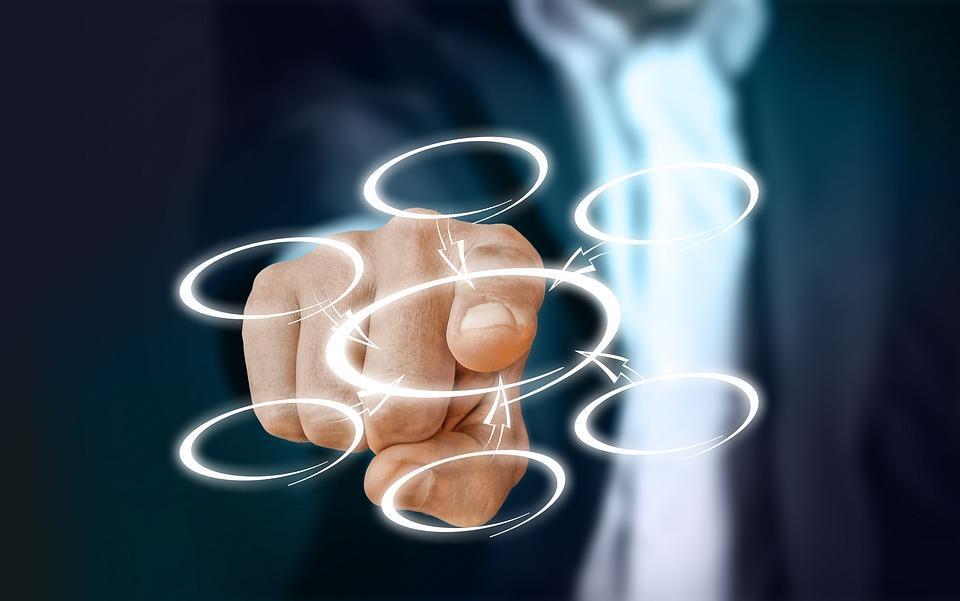 dedo de um homem de negócios apontando para um círculo